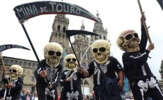 Manifestación en Santiago contra el proyecto de Atalaya Mining para la mina de Touro / EFE