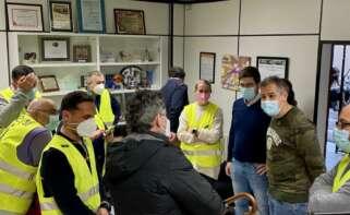 Imagen de los trabajadores de Ence durante su encierro en el Concello de Pontevedra
