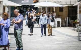 Varias personas en el paseo marítimo de la playa de Sanxenxo, a 4 de junio de 2021, en Sanxenxo, Pontevedra, Galicia, (España). El aumento de las temperaturas y la progresiva mejora de la situación epidemiológica ha colaborado en que los gallegos comience - Beatriz Ciscar - Europa Press