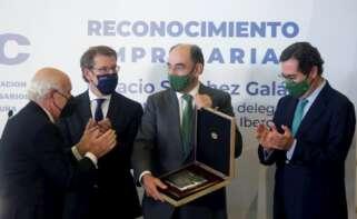 El presidente de Iberdrola, Ignacio Sánchez Galán, recibe un galardón de los empresarios de A Coruña en un acto con el presidente de la Xunta, Alberto Núñez Feijóo, y el líder de la patronal, Antonio Garamendi