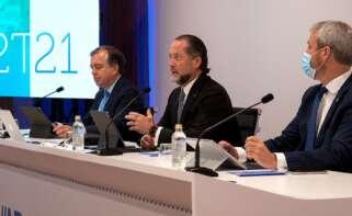 Abanca, la entidad de Juan Carlos Escotet (en el centro) gabó 157 millones hasta junio. Foto: Abanca