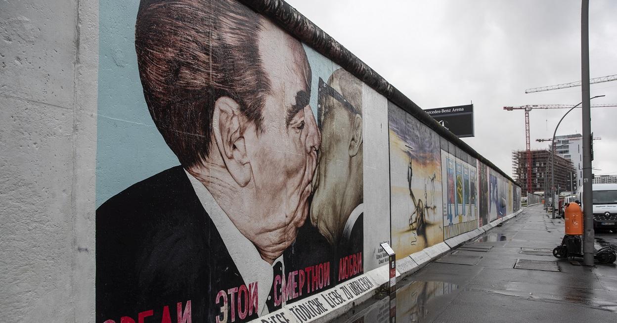 Una vista muestra la East Side Gallery vacía en Berlín, Alemania, el 6 de enero de 2021. EFE / EPA / HAYOUNG JEON