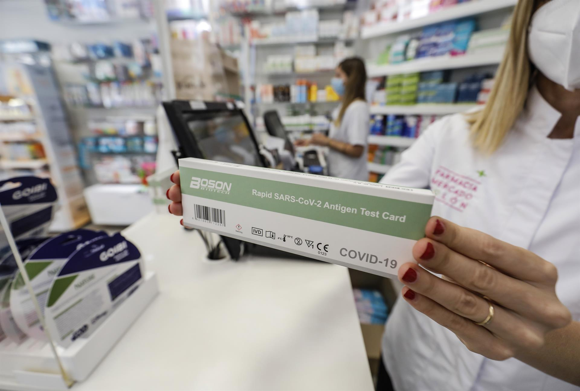 Una caja con test de antígenos contra la COVID-19 en una farmacia. - Rober Solsona