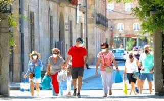 Un grupo de personas pasea por el recinto donde se suele celebrar la Festa do Albariño, a 28 de julio de 2021, en Cambados, Pontevedra. - Beatriz Ciscar -
