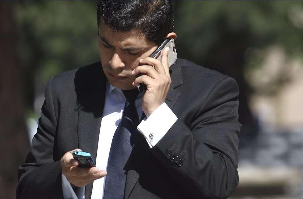 Una persona camina hablando por el móvil. Foto: Europa Press