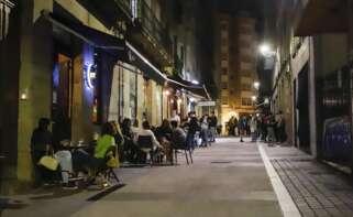 Varias terrazas con clientes durante la primera noche de la reapertura del ocio nocturno con condiciones en Galicia. Foto: Europa Press