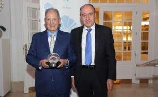 Olegario Vázquez Raña recibe el premio al empresario gallego en América de manos del presidente de Aegama, Julio Lage / Manuel Seixas Calviño