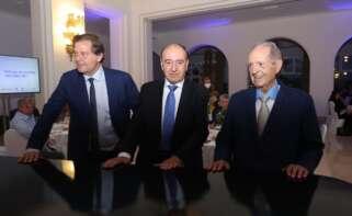 El presidente de Aegama, Julio Lage, junto a los premiados Olegario Vázquez Rama e Ignacio Rivera / Manuel Seixas Calviño