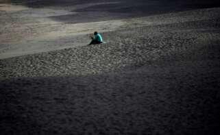 Un hombre, en la coruñesa playa de Riazor. Foto: EFE