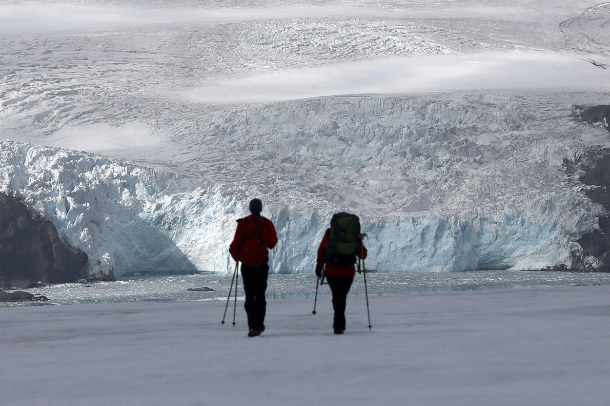 Dos científicos caminan en la isla del Rey Jorge, en la Antártida. Foto: Agencia EFE/Felipe Trueba