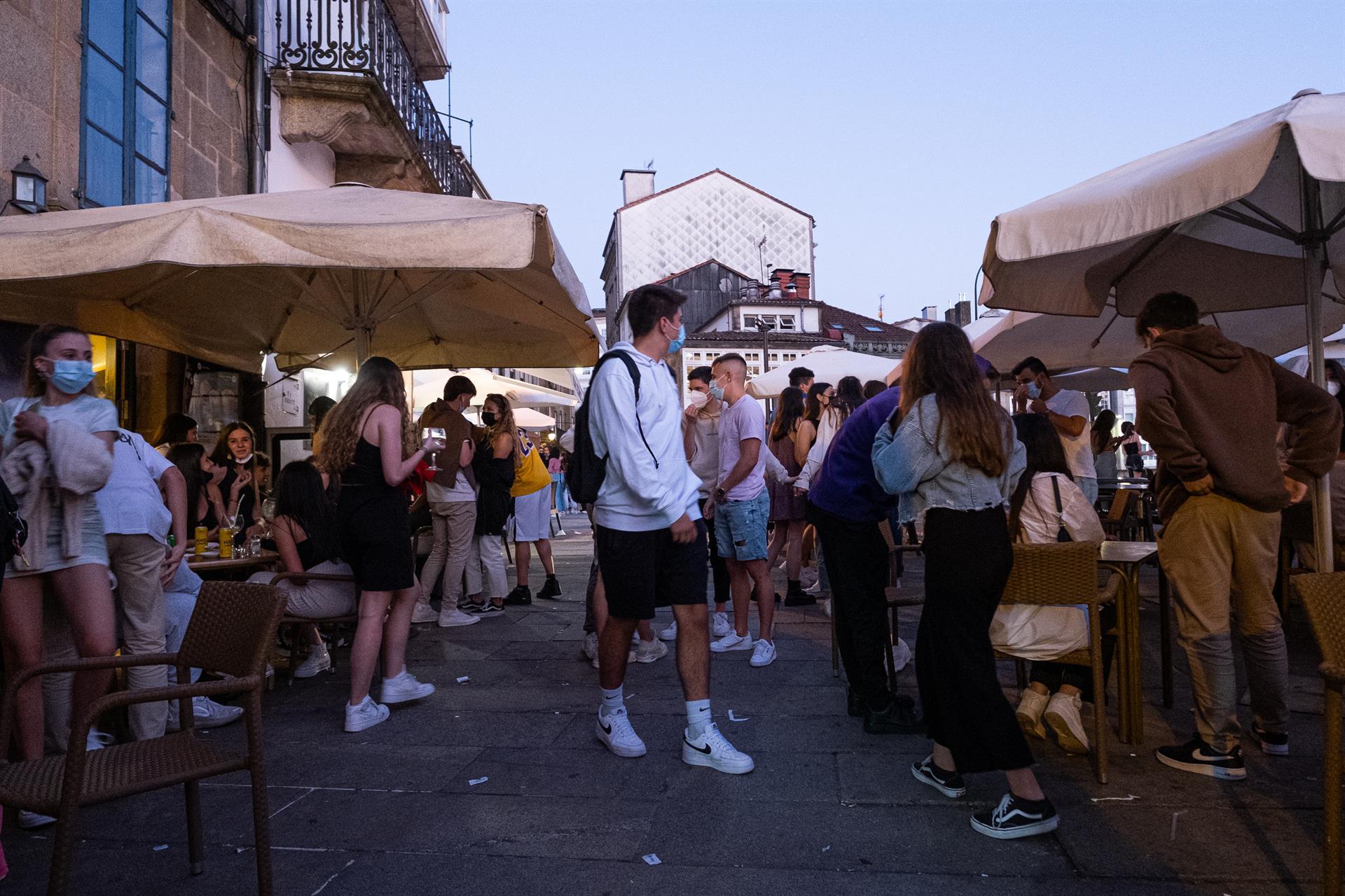 Personas en una zona de hostelería de Santiago. - César Arxina - Europa Press