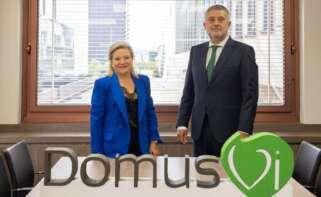 La ex consejera delegada de DomusVi, Josefina Fernández, al lado del nuevo CEO, José María Pena