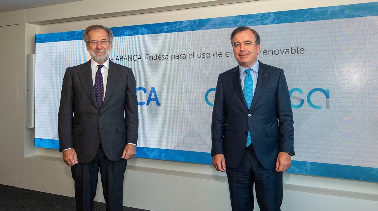 El consejero delegado de Abanca, Francisco Botas, y el director general de Comercialización de Endesa, Javier Uriarte, suscriben un acuerdo de suministración de energía renovable de origen gallego a largo plazo. Foto: Abanca