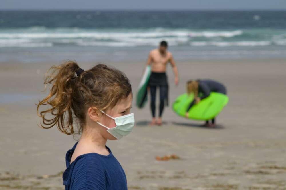 Una niña lleva una mascarilla en la Playa das Salseiras, a 3 de abril de 2021, en el municipio de A Laracha, A Coruña - M. Dylan / Europa Press - Europa Press - Archivo