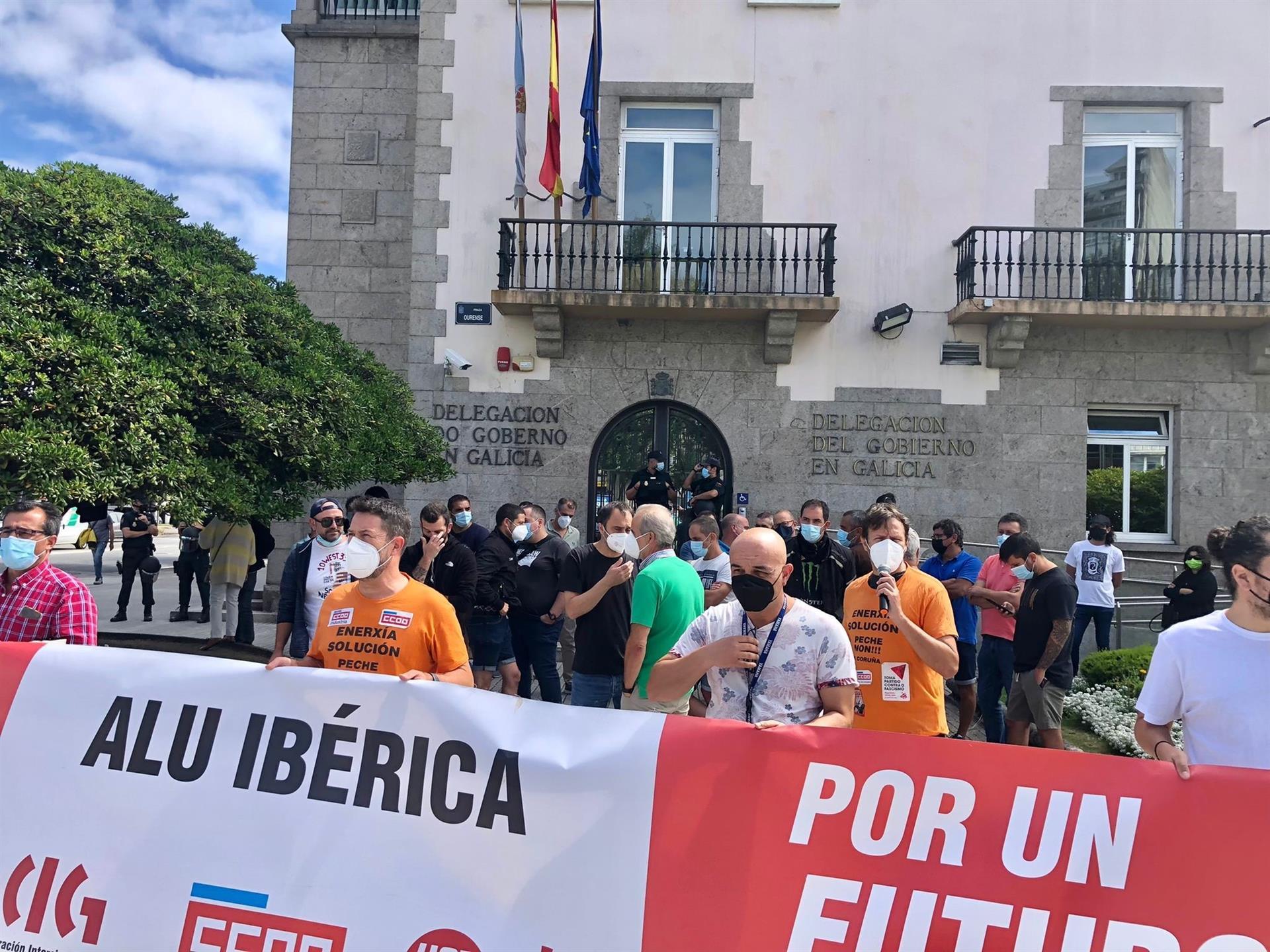 Concentración de trabajadores de Alu Ibérica frente a la Delegación del Gobierno en Galicia