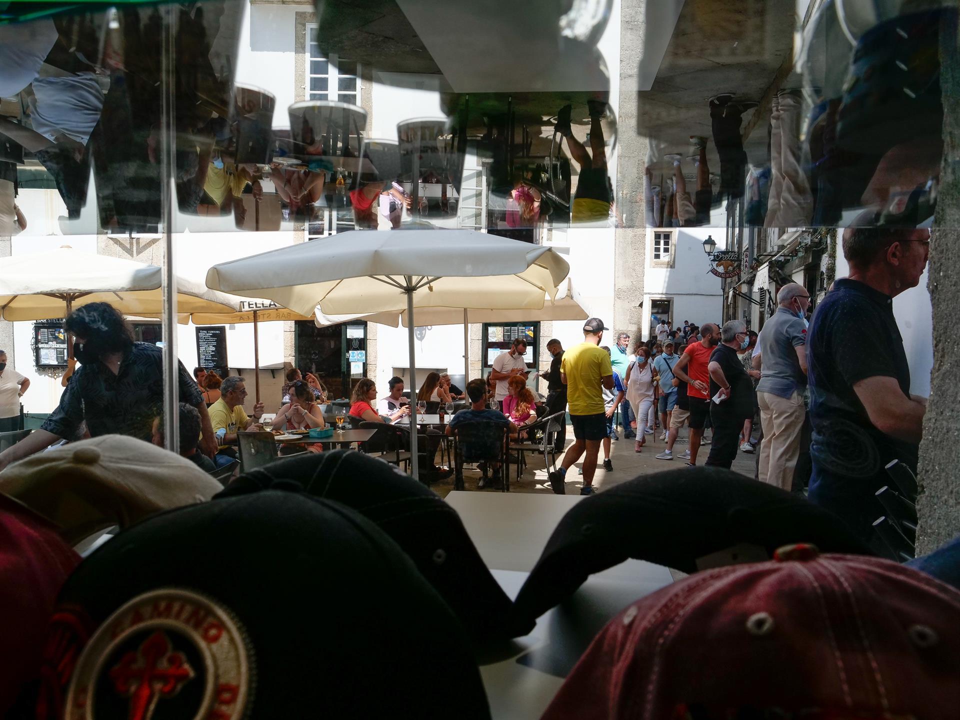 Varias personas en la terraza de un restaurante en Santiago de Compostela. - César Arxina
