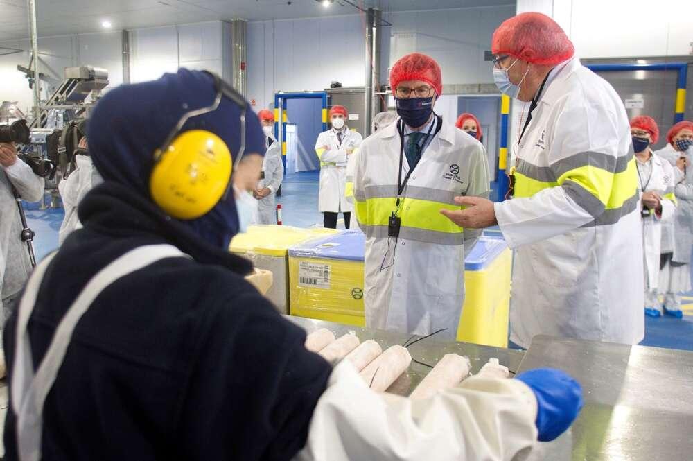 El presidente de la Xunta, Alberto Núñez Feijóo, en una visita a nuevas instalaciones de Iberconsa en Vigo. Foto: EFE