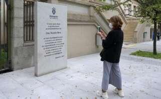 Monolito conmemorativo en recuerdo de Rosalía Mera frente al instituto que lleva su nombre