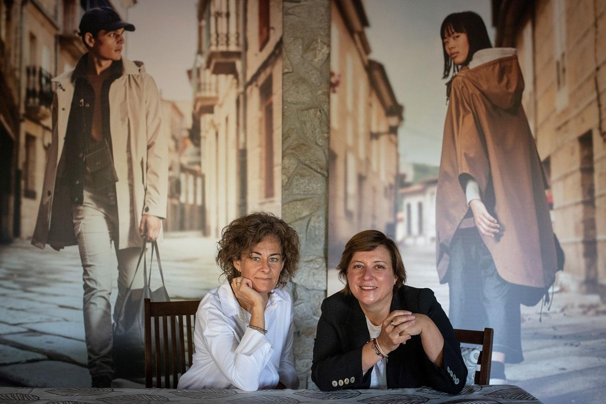 Cristina Mariño y Dora Casal, directora de marca y directora ejecutiva de Roberto Verino, en la presentación de su colección cápsula Caminae. EFE/Brais Lorenzo
