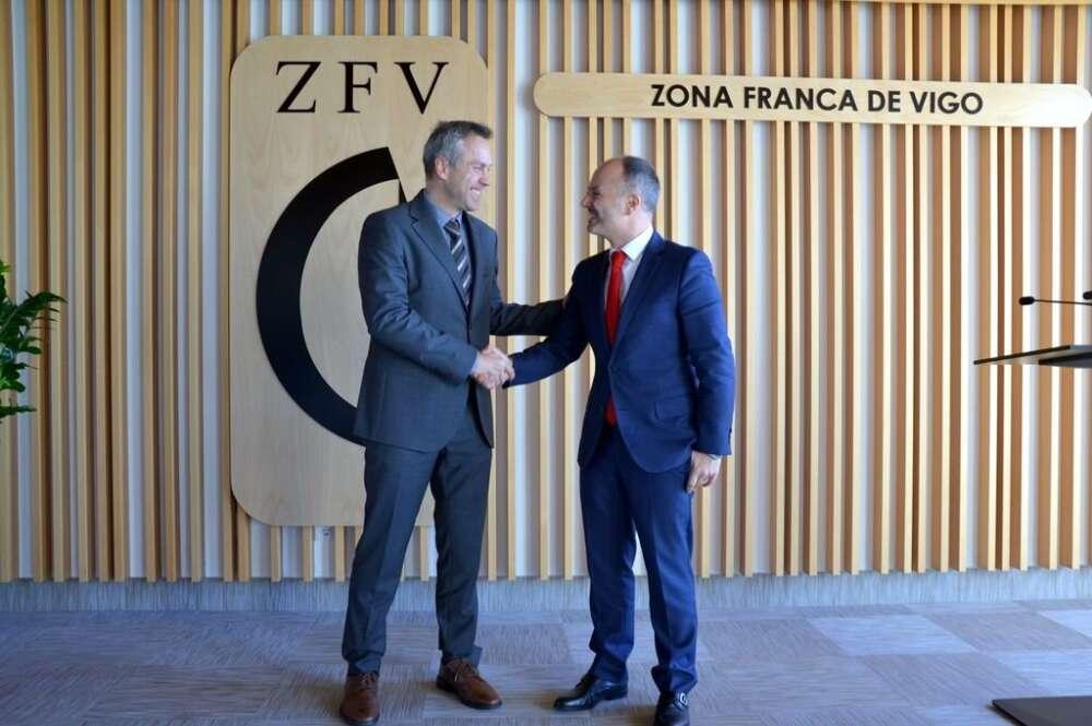 David Regades con el director de la planta de Stellantis en Vigo, Ignacio Bueno