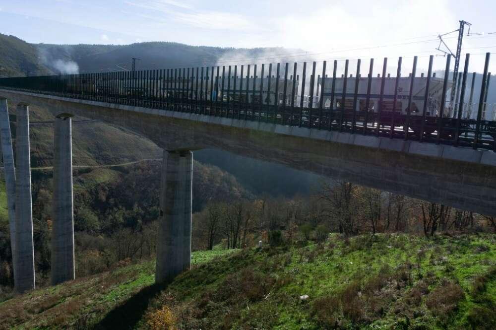 Pruebas del AVE en el viaducto de Teixeiras de la línea de alta velocidad entre Madrid y Galicia / Adif Alta Velocidad