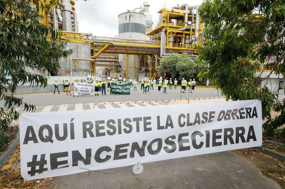 Al otro lado de la manifestación contra Ence, los trabajadores de la empresa se han concentrado detrás de una pancarta en la que se lee: `Aquí resiste la clase obrera - Marta Vázquez Rodríguez