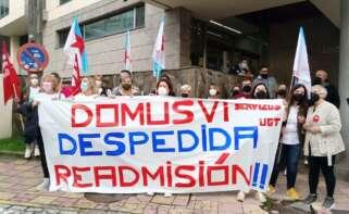 Protesta ante las puertas de los juzgados por el despido de una trabajadora de Domus VI, que acepta despido improcedente