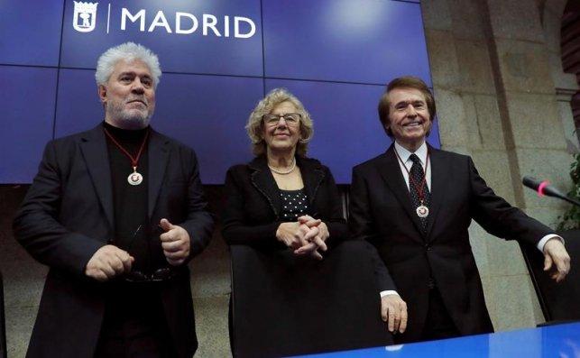 Carmena nombra hijos adoptivos de Madrid a Pedro Almodovar y Raphael / EFE