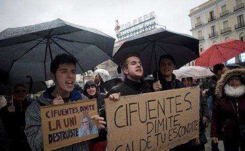 Estudiantes de la URJC se manifiestan en la Plaza del Sol para exigir la dimisión de Cifuentes / EFE