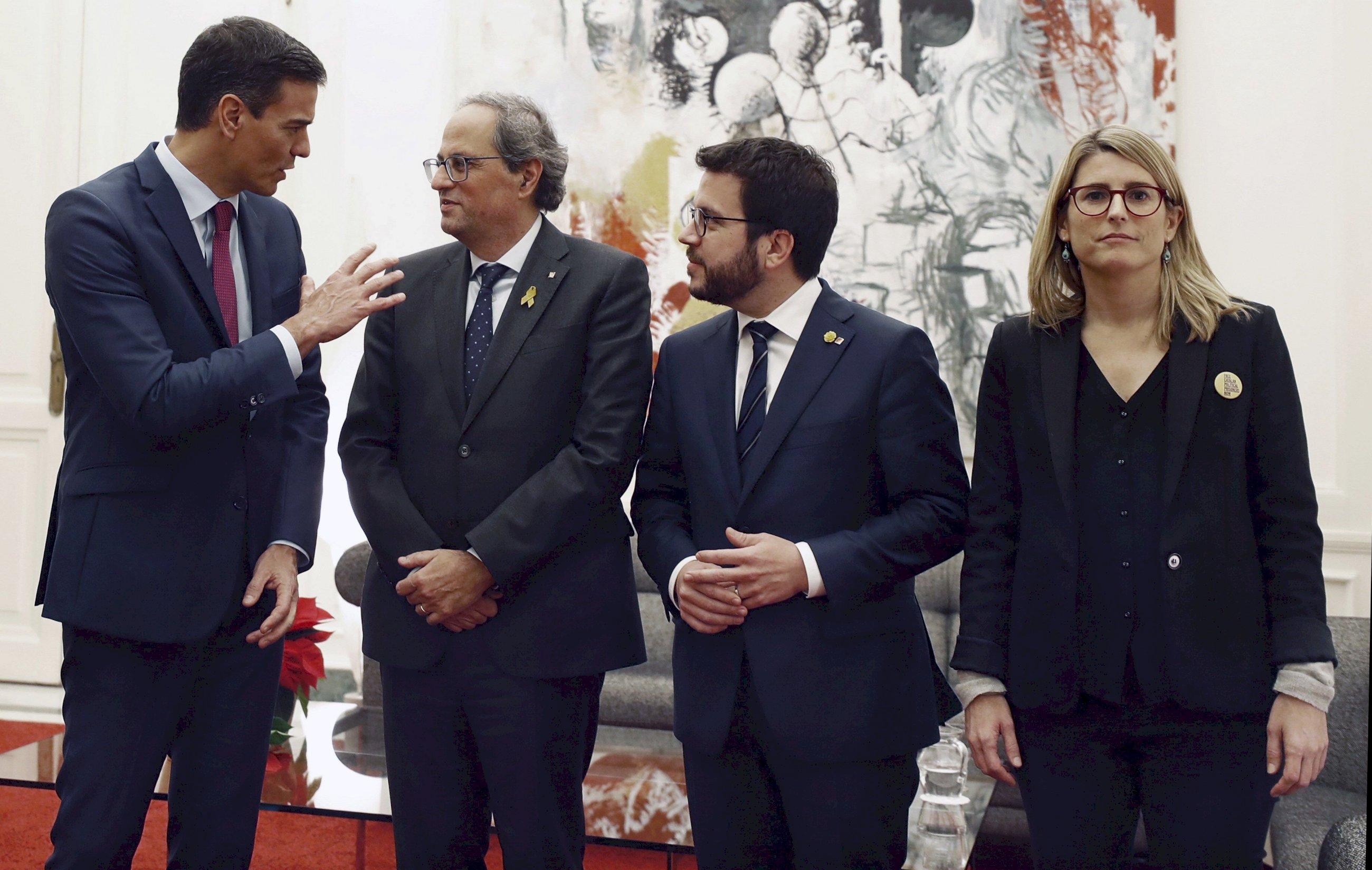 Pedro Sánchez, Quim Torra, Pere Aragonès (ERC) y Elsa Artadi (JxCat) en el Palau de Pedralbes de Barcelona, el 20 de diciembre de 2018 | EFE/AD/Archivo