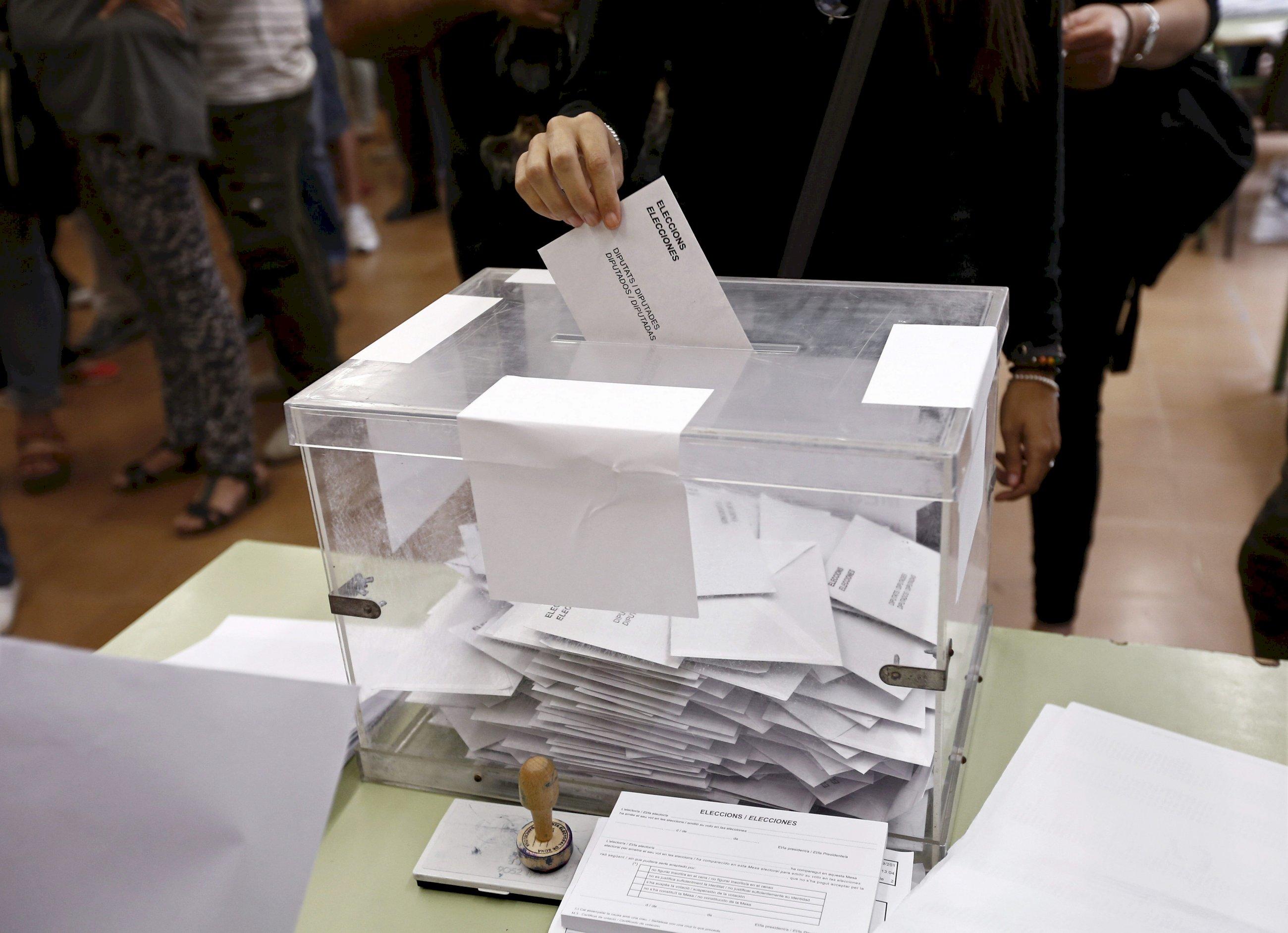 Una urna en un colegio electoral de Barcelona en las elecciones catalanas de 2005. Foto: EFE