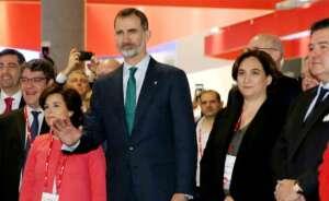 el rey felipe vi junto a la alcaldesa de barcelona ada colau la vicepresidenta d