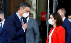 El presidente del Gobierno, Pedro Sánchez, junto a la presidenta de la Comunidad de Madrid, Isabel Díaz Ayuso / EFE