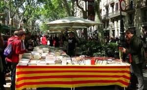la rambla de barcelona durante el dia de sant jordi