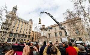 operarios del ayuntamiento de barcelona retiran el monumento en memoria de anton