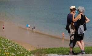 pareja playa san sebastian coronavirus