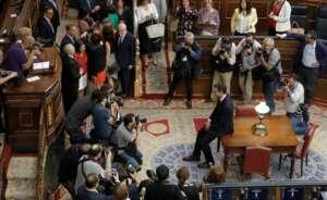 pedro sanchez posa ante las camaras tras triunfar en su mocion de censura