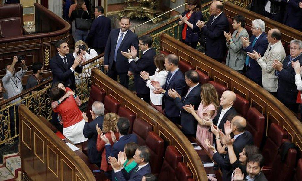pedro sanchez recibe el aplauso de los diputados de su grupo