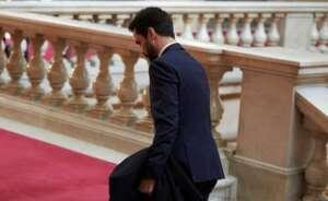 roger torrent en las escaleras del parlament catalan que continua sin encontrar