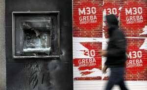 un cajero quemado durante una huelga nacionalista vasca