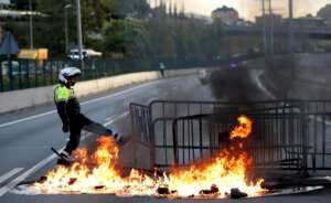 una barricada de fuego corta la ronda de dalt de barcelona en la primera jornada