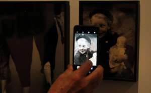 vista de una fotografia que expone el museo reina sofia