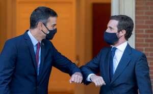 Pedro Sánchez y Pablo Casado se saludan en la última reunión pública que mantuvieron en La Moncloa, el pasado el 2 de septiembre de 2020 | EFE/FV/Pool/Archivo
