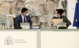 El presidente del Gobierno español, Pedro Sánchez (izq), conversa con el vicepresidente Segundo, Pablo Iglesias, durante la reunión del Consejo de Ministros, este martes en el Palacio de la Moncloa / EFE