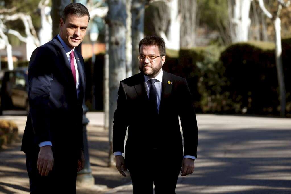 """Pedro Sánchez saludando a Pere Aragonès (ERC) minutos antes de la primera reunión de la mesa del """"conflicto catalán"""" en el Palacio de la Moncloa, el 26 de febrero de 2020   EFE/Archivo"""