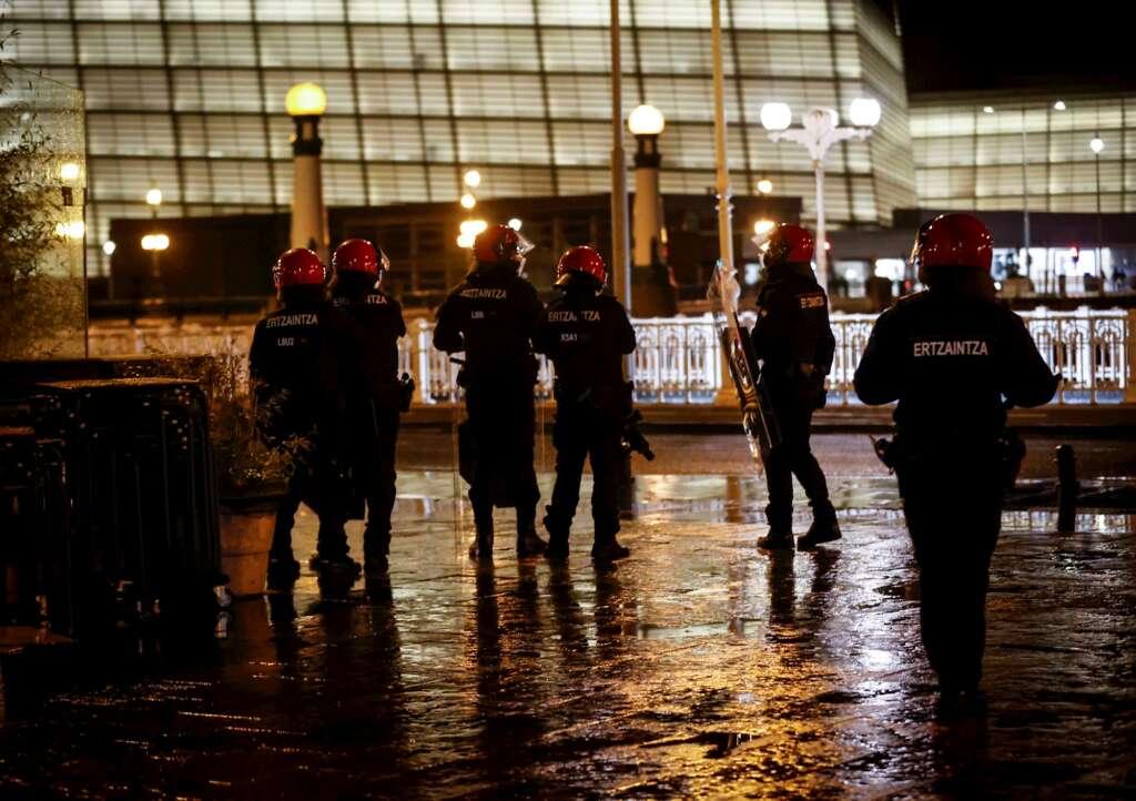 """Agentes antidisturbios de la Ertzaintza intervienen en la """"zona vieja"""" de San Sebastián después de que un grupo de jóvenes provocase disturbios, el 23 de enero de 2021   EFE/JE"""