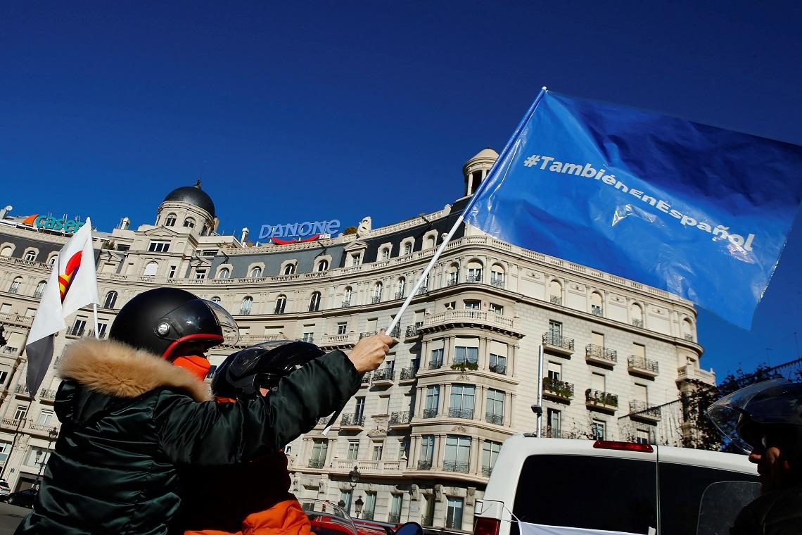 Marcha de vehículos organizada por Asociación por una Escuela Bilingüe de Cataluña, que con el apoyo de VOX, PP y Ciudadanos ha recorrido algunas de las principales avenidas de Barcelona el 20 de diciembre de 2020 | EFE/EF