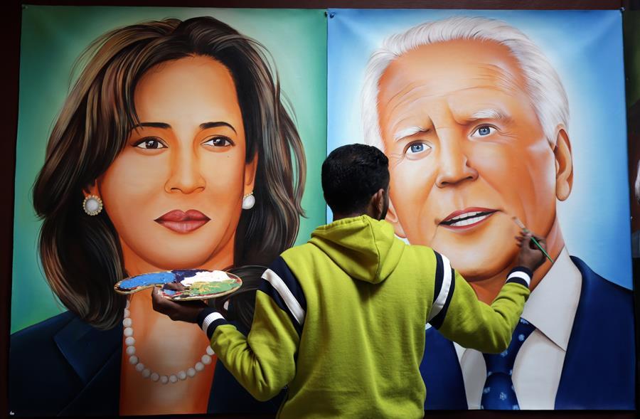 El artista indio Jagjot Singh Rubal da los toques finales a las pinturas que muestran al presidente electo de Estados Unidos, Joe Biden (derecha) y a la vicepresidenta electa Kamala Harris (izquierda) en la víspera de su ceremonia de juramento, en el taller de su casa en Amritsar, India, 19 Enero de 2021. EFE/ Raminder Pal Singh