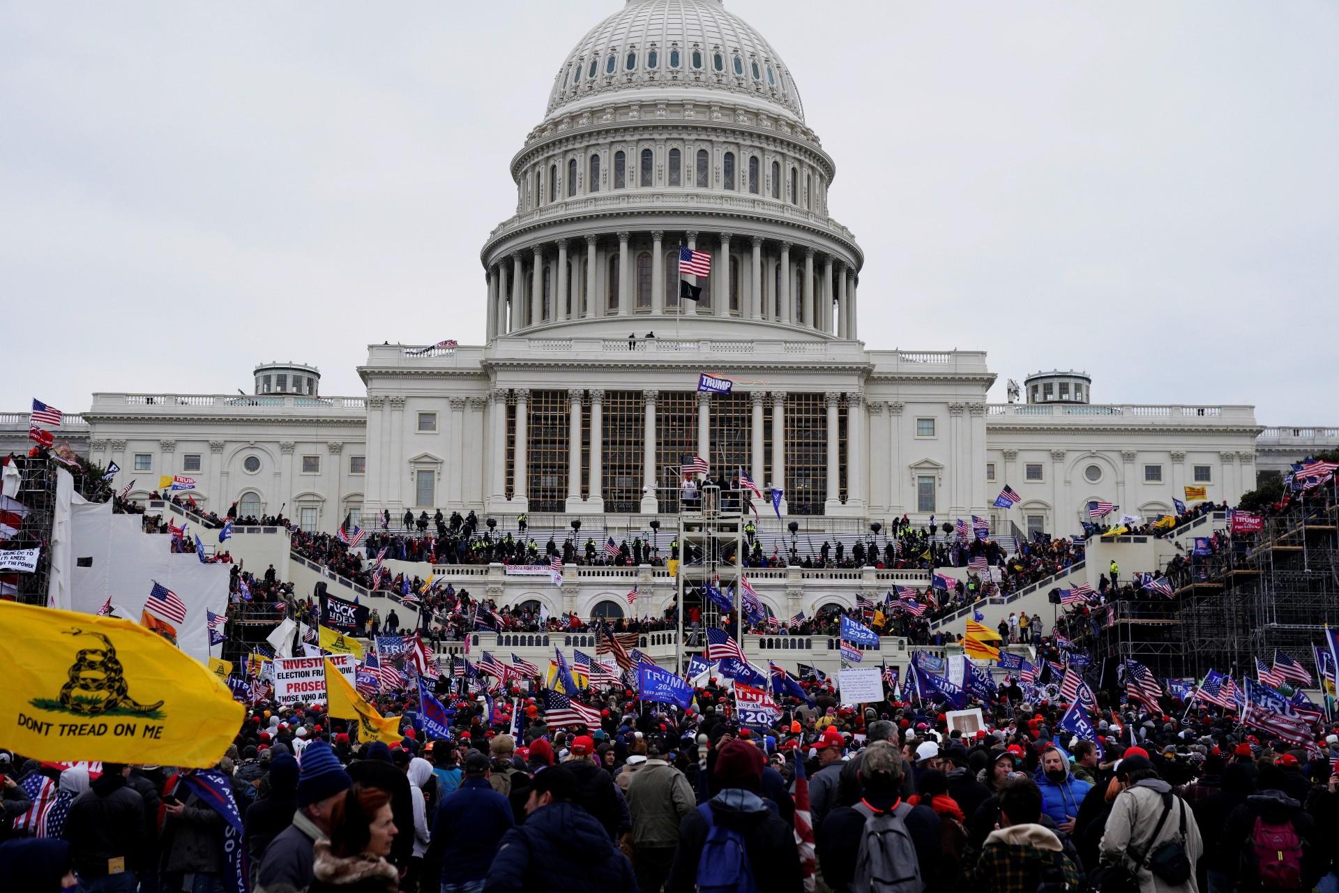 Seguidores de Donald Trump irrumpen durante unas protestas en los terrenos del Capitolio de los Estados Unidos ayer en Washington. EFE/WILL OLIVER