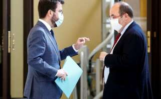 El vicepresidente del Govern con funciones de presidente, Pere Aragonès (i), y el presidente del grupo parlamentario Socialistes Units per Avançar, Miquel Iceta. (EFE)